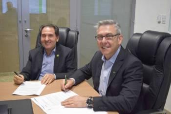 Foto 1 Presidentes da Facmat, Jonas Alves, e da Central Sicredi Centro Norte, João Spenthof, assinam termo de cooperação.jpg